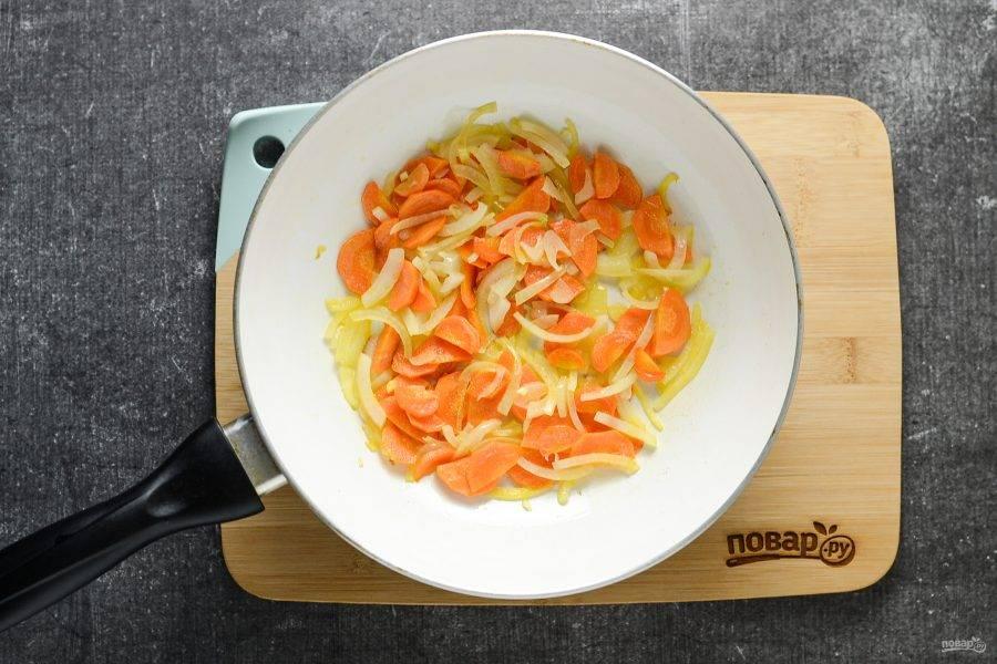 Морковь помойте, очистите и нарежьте тонкими ломтиками. Обжарьте на сковороде 2-3 минуты, затем добавьте нарезанный лук полукольцами. Жарьте овощи еще 3-4 минуты.