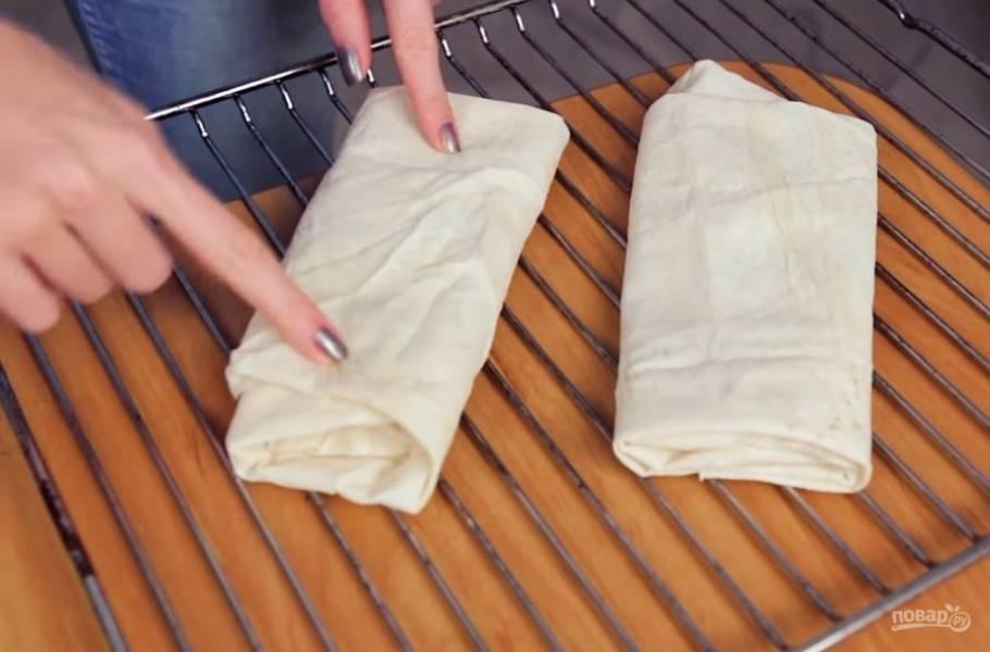 3. Далее аккуратно заверните лаваш в форме конверта так, чтобы начинка не выпала во время запекания. Переложите лаваш на решетку и выпекайте в разогретой до 180 градусов духовке 4 минуты с каждой стороны.