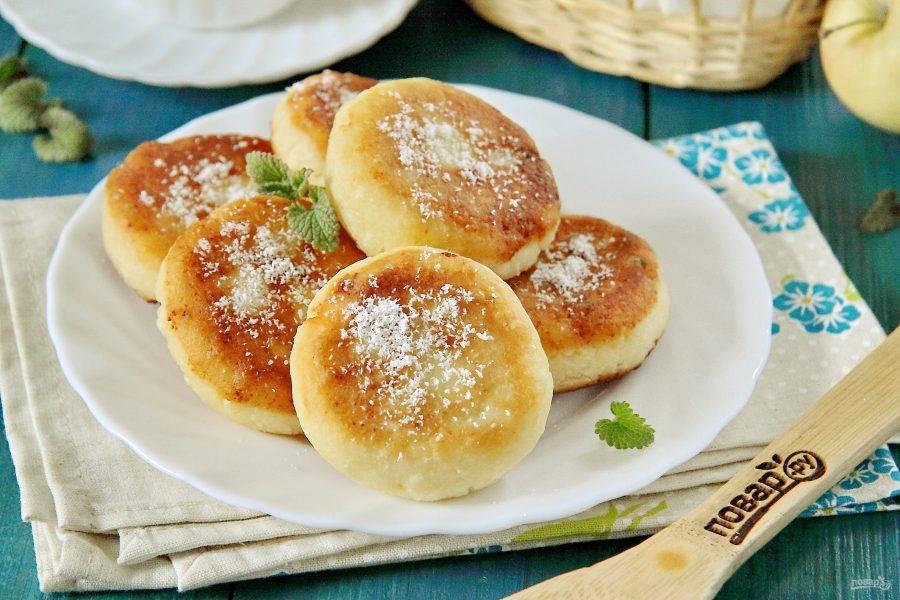 Сырники с кокосовой стружкой готовы. Можно подать к ним сгущенку, сметану или любой сладкий джем. Приятного аппетита!