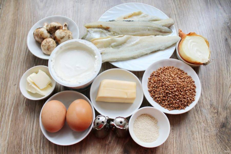 Подготовьте все необходимые ингредиенты для приготовления рыбы по-суздальски. Отварите яйца вкрутую и остудите.