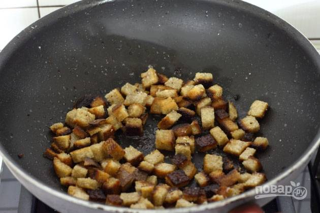Ломтики хлеба нарезаем на небольшие кубики. Разогреваем сковороду с растительным маслом и обжариваем хлеб.
