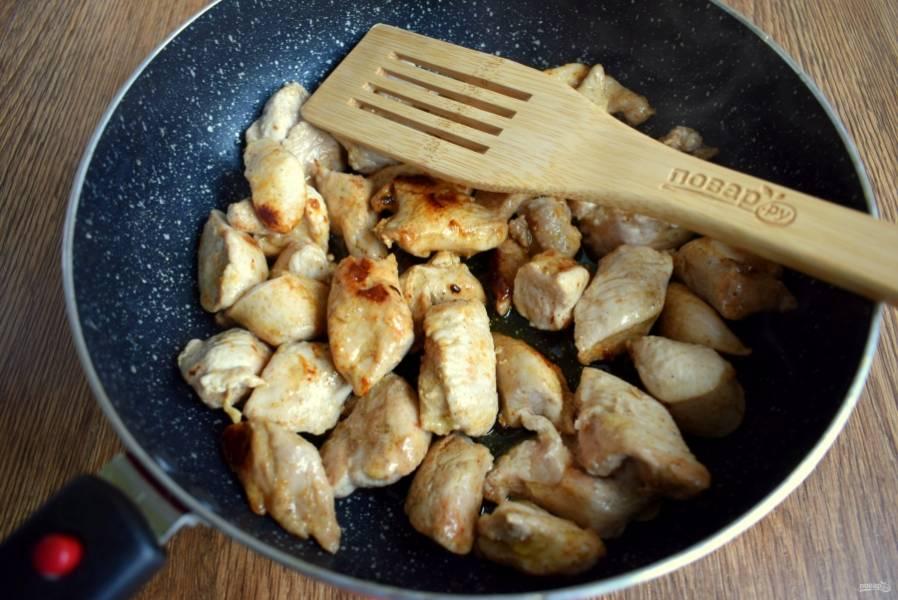 Мясо обжарьте на разогретом масле до румяной корочки.