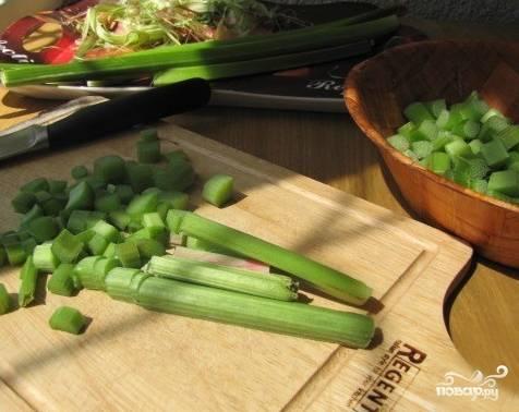 Пока подходит тесто, займемся ревенем. Его нужно помыть и почистить, сняв жесткую кожурку. Нарезаем ревень квадратными кусочками. Овощ должен просохнуть от воды.