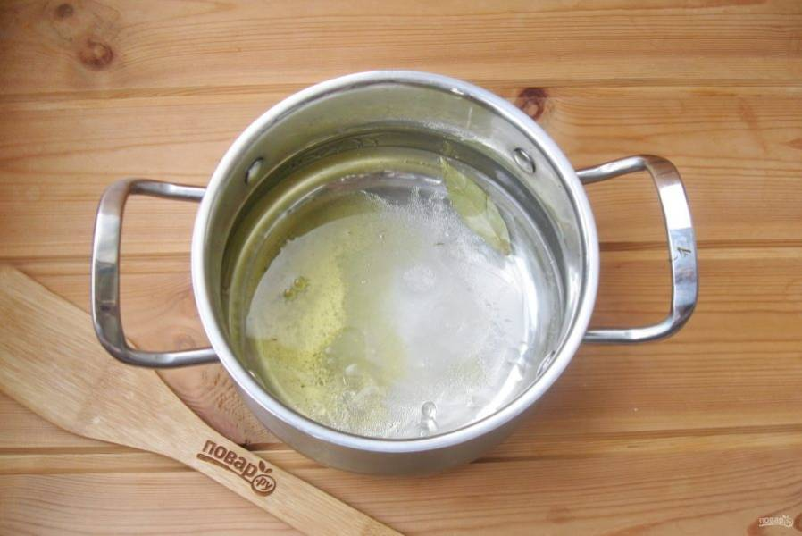 Влейте растительное масло и уксус.