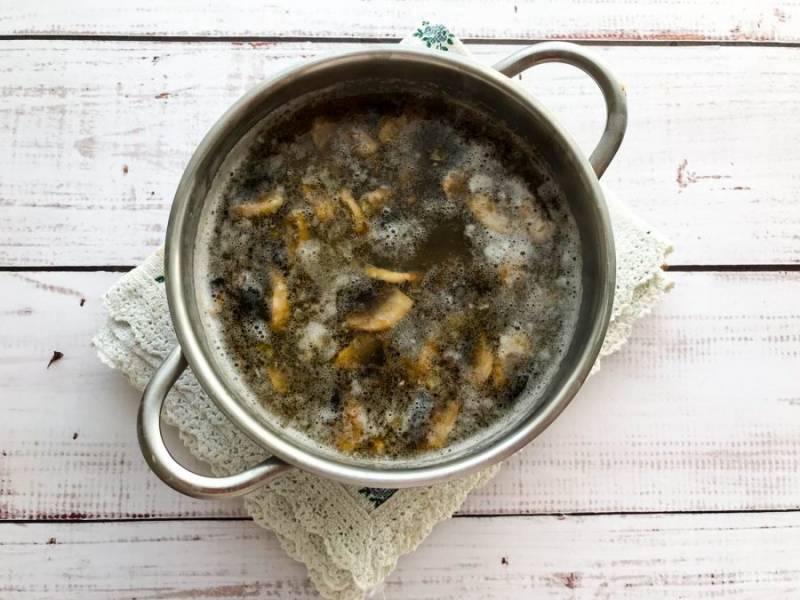 Жареные грибы выложите в кастрюлю к картофелю, перемешайте и варите 7 минут на среднем огне.