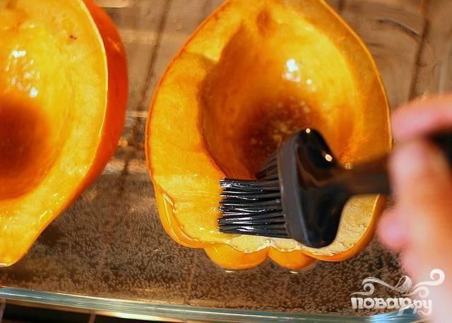 2. Поместить в духовку на 15 минут. Полить сквош оставшейся смесью сливочного масла и сахара для предотвращения высыхания. Поставить обратно в духовку еще на 30-45 минут, пока сквош не будет легко протыкаться вилкой.