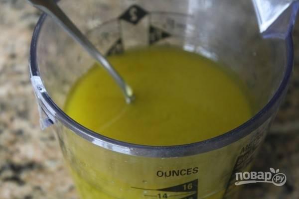 1.Сперва сделайте заправку: смешайте оливковое масло, лимонный сок, яблочный уксус, измельченный чеснок, горчицу, соль и перец, хорошенько все взбейте.