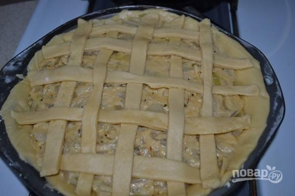 10. Раскатайте остатки теста, нарежьте их полосками, украсьте пирог сверху.