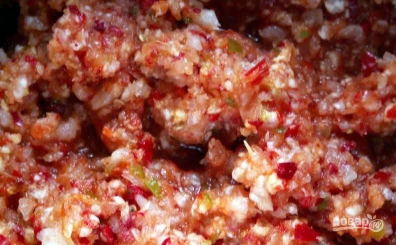 Затем все кусочки превратите в кашицу, например, с помощью мясорубки.