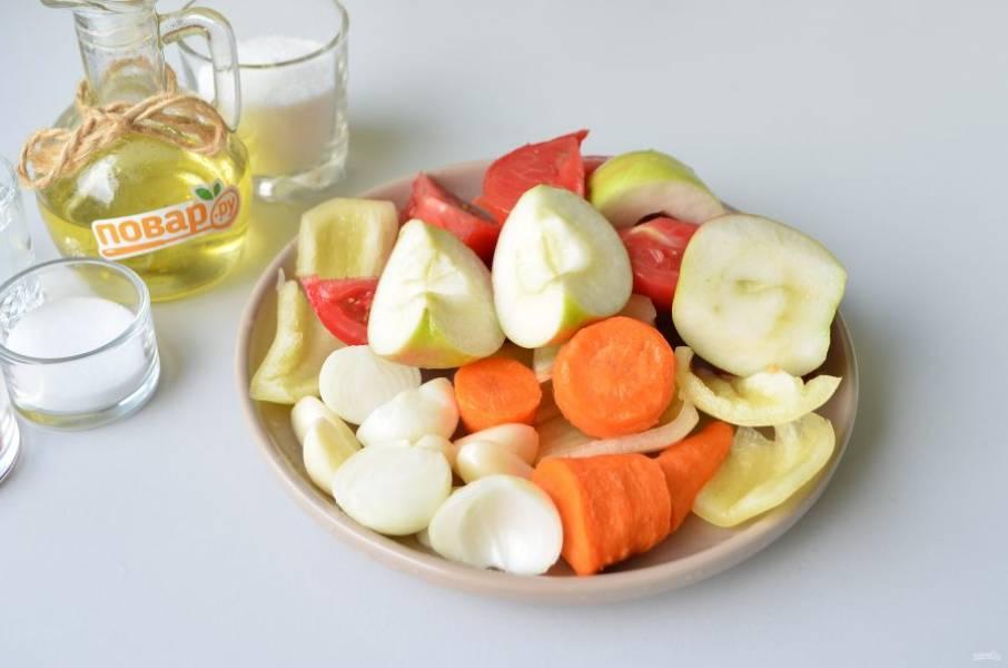 3. Очистите лук, чеснок, морковь, у перца удалите семена, у яблока - сердцевинку. Всё крупно нарежьте и сложите в чашу измельчителя. Включите машинку на пару минут.