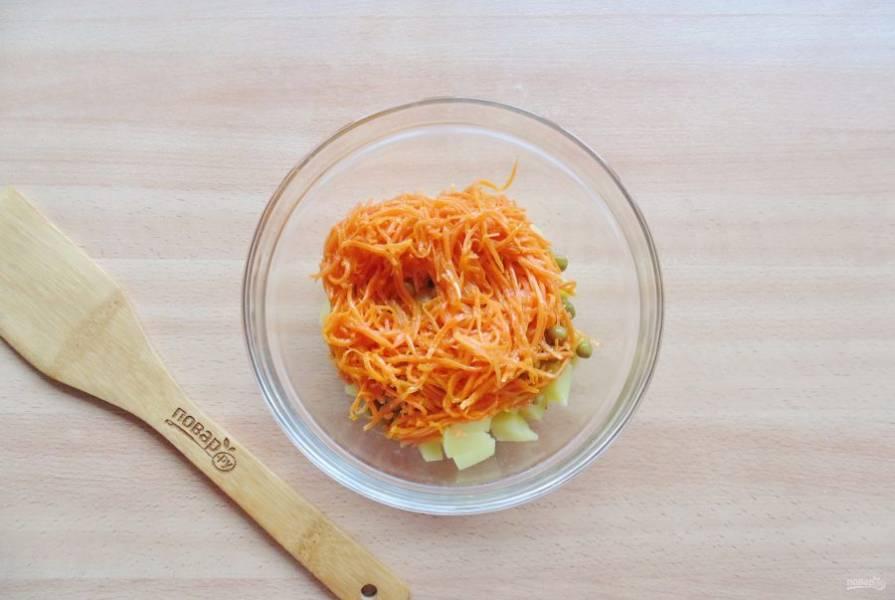 Выложите в салат морковь по-корейски.