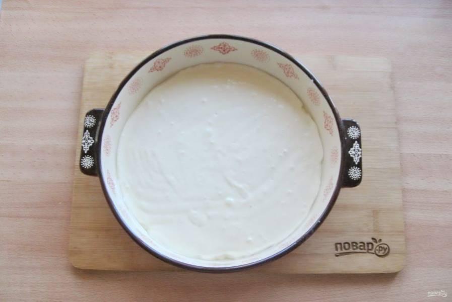Форму для выпечки смажьте маслом и посыпьте мукой. Вылейте половину теста.