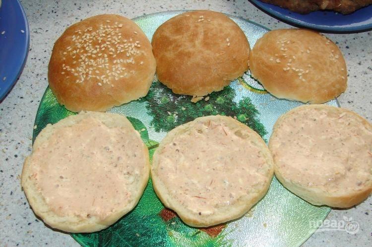 Нижние части булочек промажьте соусом.