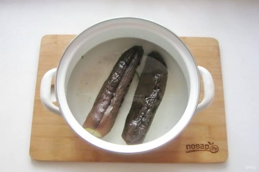 После выложите в кастрюлю и залейте новым рассолом из расчета на 1 литр холодной кипяченой воды 2 столовые ложки крупной соли без горки. Накройте крышкой кастрюлю. Сутки держите в комнате, а через это время отправьте в холод. Через двое суток баклажаны будут готовы. Если в комнате очень жарко, то баклажаны будут готовы через сутки.