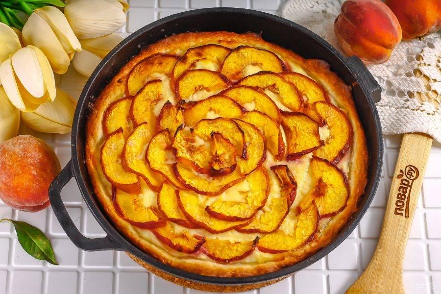 Выпекайте пирог примерно 35-40 минут до румяности, следя за тем, чтобы низ и края выпечки не подгорели. Извлеките готовый десерт из духовки и остудите его.