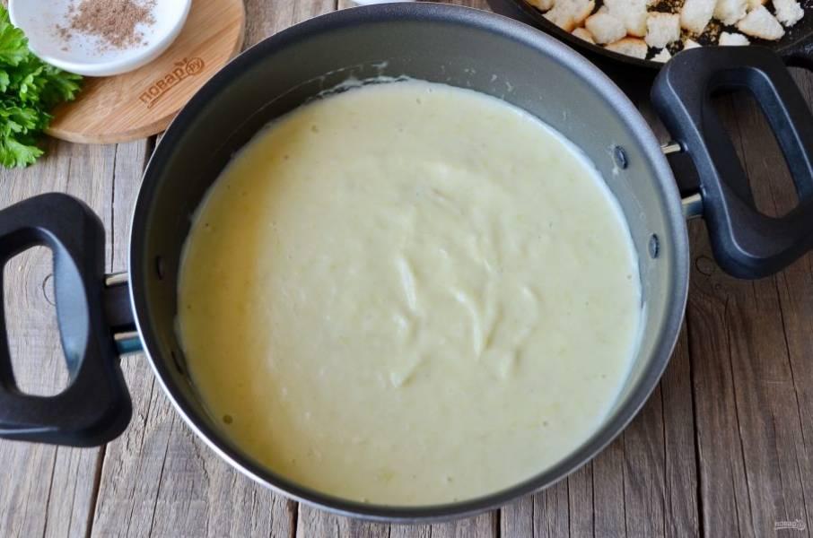"""8. Суп """"Вишисуаз"""" готов! Охладите его и подайте с чесночными сухариками и зеленью. Приятного аппетита!"""