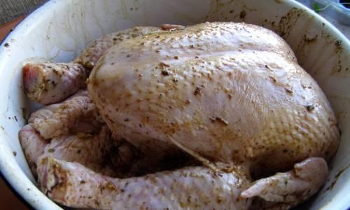 2. Натрите ее приправой, солью и медом, после чего дайте постоять некоторое время на столе. Я использовала специальные приправы для курицы, чтобы придать ей особую пикантность.