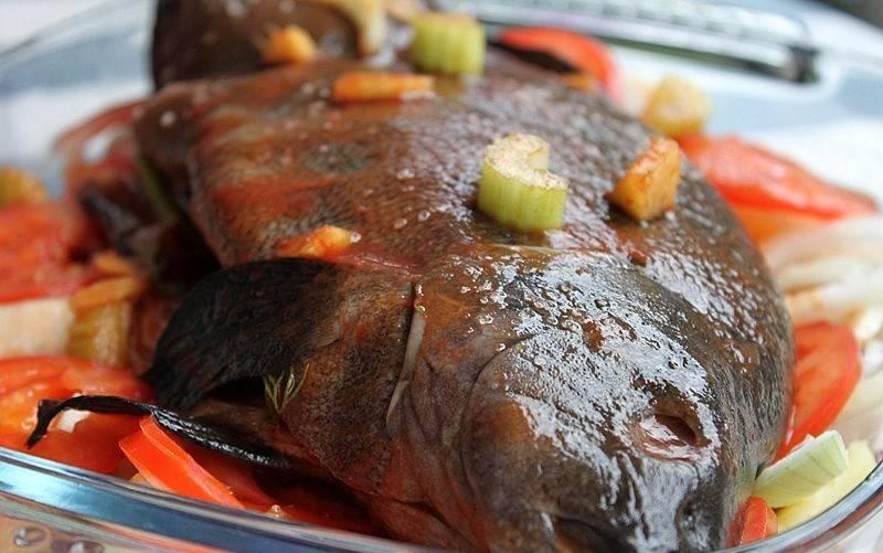 Удалить 1. Для начала нужно хорошенько выпотрошить рыбу, после чего убрать чешую и промыть под холодной водой. Далее, смешайте томатный сок с мелко нарубленной зеленью и залейте полученным соусом рыбу в форме для запекания.