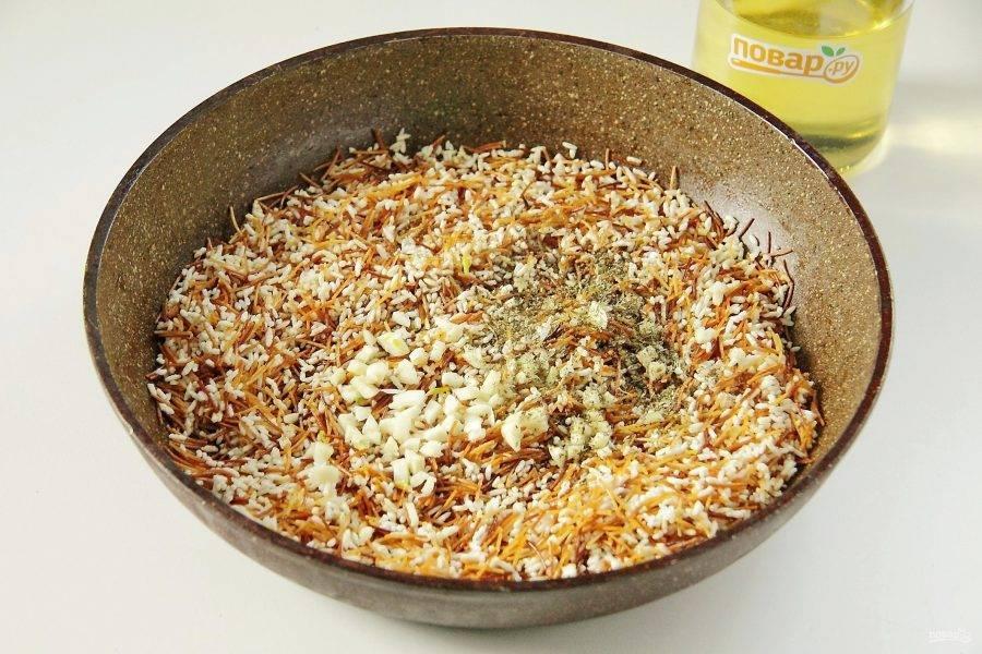 Уменьшите огонь и добавьте измельченный ножом чеснок, соевый соус и прованские травы.