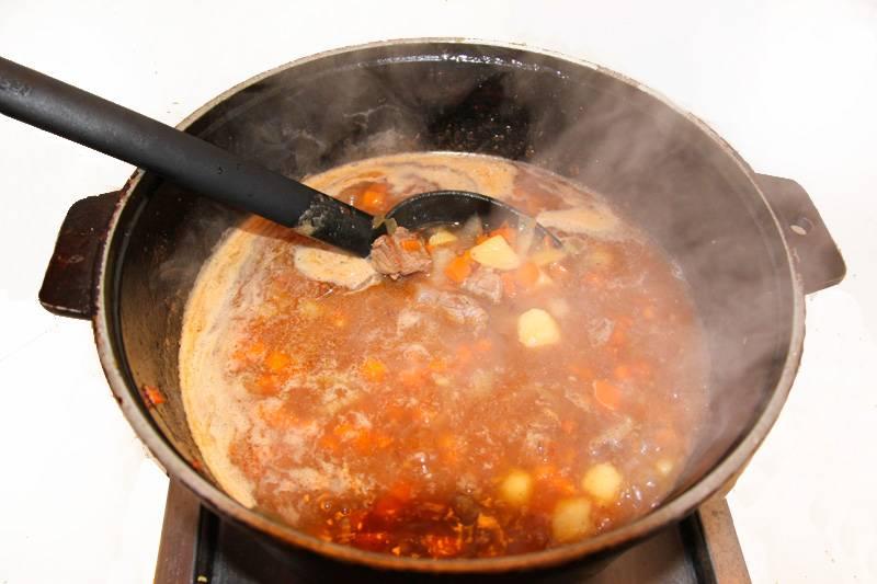 4. Заливаем горячим бульоном или простым кипятком. Тушим до готовности картофеля, а параллельно отвариваем лапшу.