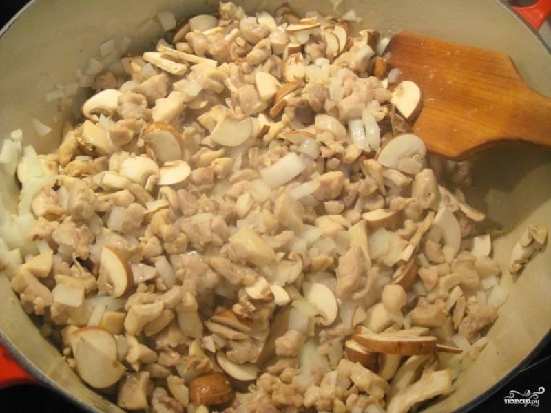 Затем к курице добавьте грибы. Перемешайте и потушите всё вместе около 5 минут.