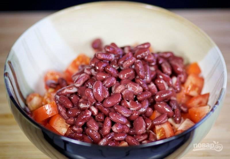 1. Смешайте в глубокой емкости измельченный помидоры и фасоль.