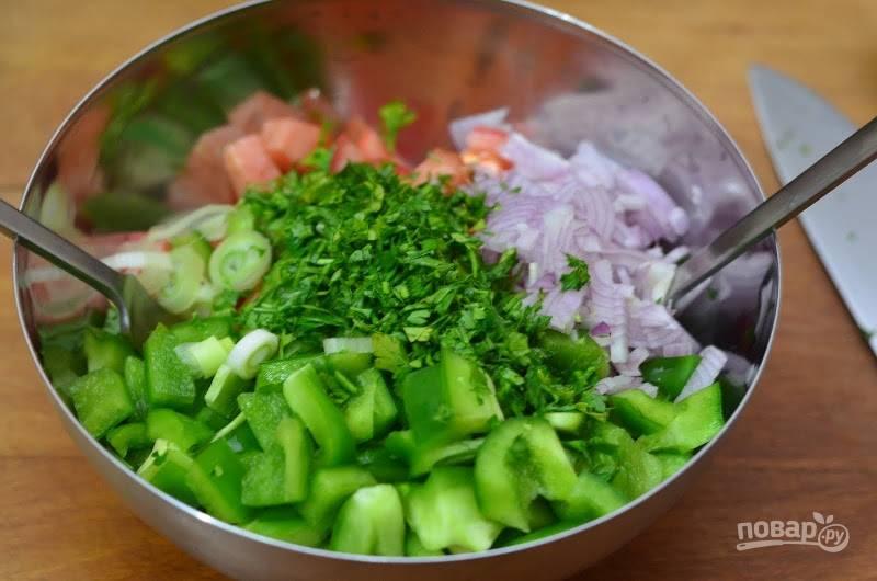 5.Болгарский перец мою и разрезаю, вычищаю семена и нарезаю кубиками, лук очищаю и нарезаю, зелень мою и измельчаю, отправляю все ингредиенты в салатник.