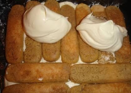 5. Выложите на дно формы печенье, сверху распределите крем. Повторите слои до конца ингредиентов.