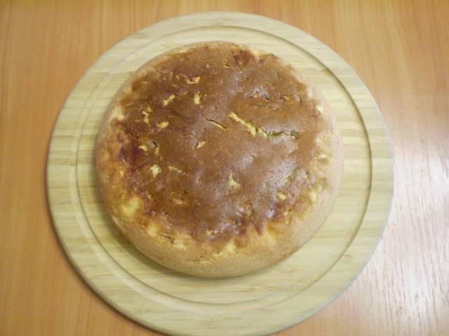 Готовый пирог извлекаем из формы.