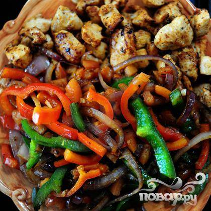 Переложить овощи в тарелку с курицей.