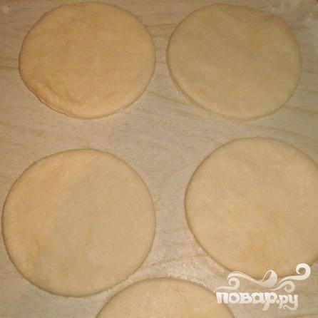 3.Хорошенько вымешиваем тесто, добавляя постепенно муку. Когда от рук тесто начнет отлипать свободно, его можно будет раскатывать. Тесто раскатываем тонким пластом, затем из него вырезаем при помощи формы кружочки (диаметр произвольный).