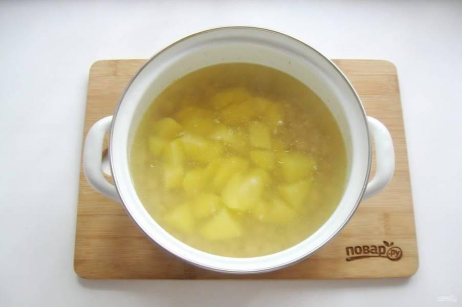 После добавьте нарезанный кубиками картофель, который нужно предварительно очистить и помыть.