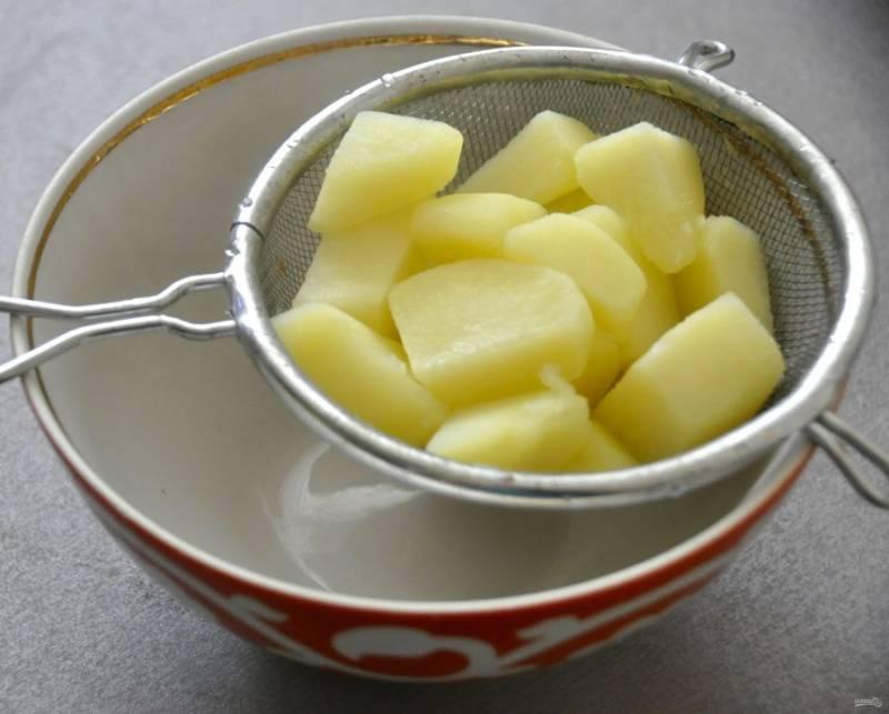 Отварите одну картофелину и тоже перетрите через ситечко, чтобы добиться воздушной текстуры.