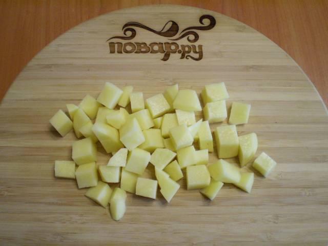 2. Режем картофель кусочками. Воду для супа доводим до кипения.