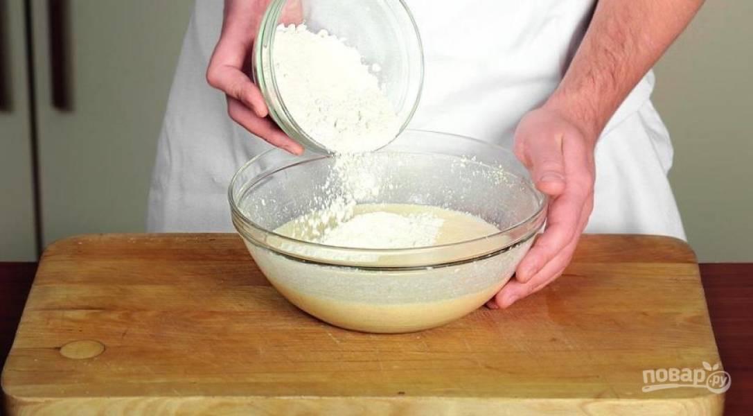 В другой миске смешайте муку, соду, соль и разрыхлитель, затем добавьте творог и замешивайте все до однородности.