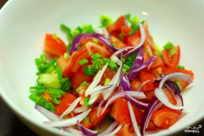 Свежие овощи нарежем и добавим козьего сыра (но можно и без него). И польем его соком лимона.