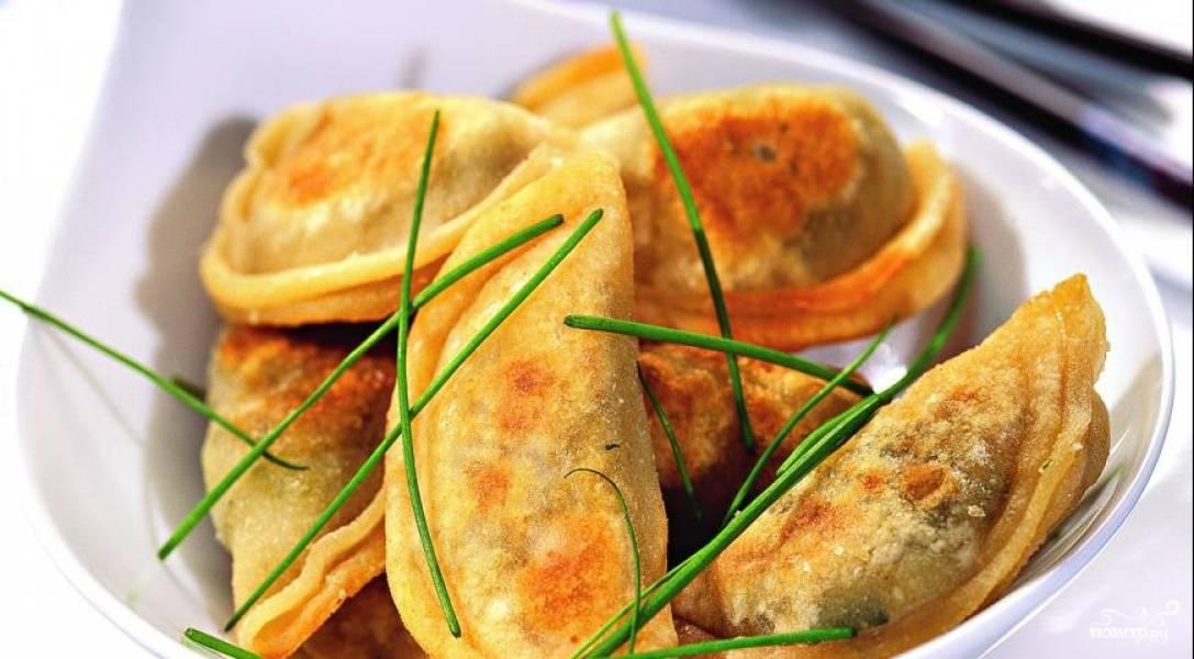 На последнем этапе жарим пельмени на хорошо прогретой сковороде с растительным маслом по пять минут с каждой стороны. Чтобы пельмени получились румяными и прожаренными, кладите их на сковородку столько, сколько помещается на дно в один слой.  Подавать китайские пельмени рекомендуется с соевым соусом.