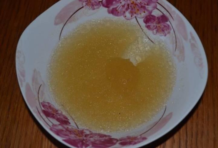 Сперва желатин залейте одним стаканом холодной кипяченой воды.
