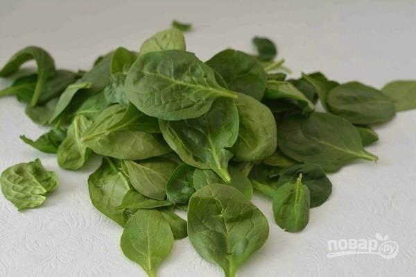 В первую очередь промоем листики шпината и выложим на салфетку, пусть обсохнут.