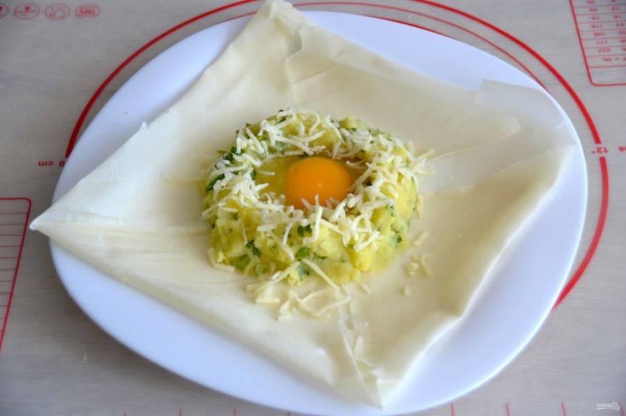 Влейте в центр картофельного пюре яйцо, слегка посолите.