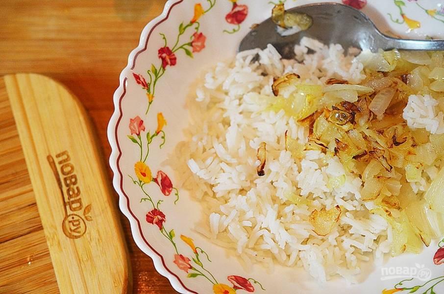 2. Смешайте лук с вареным рисом.