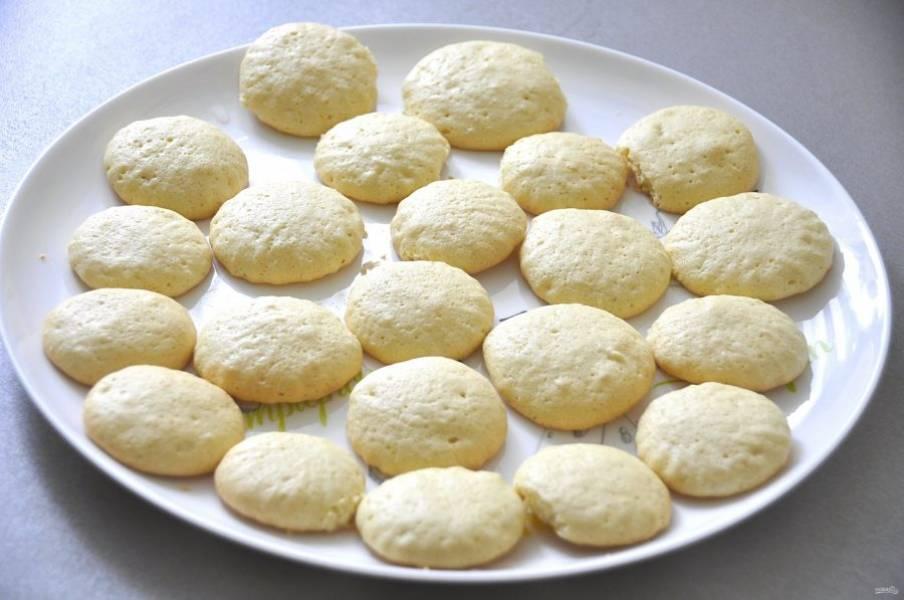 Выпекайте печенье в духовке при температуре 180 градусов в течение 15 минут.