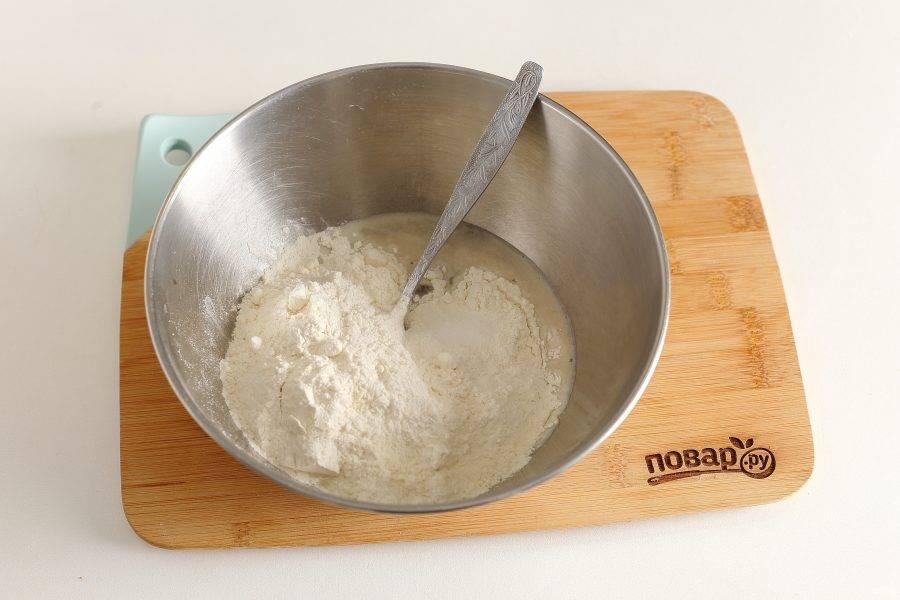 Затем добавьте муку и соль.