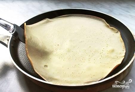 Сковороду необходимо хорошо разогреть с небольшим количеством растительного масла. Выливаем порцию теста половником на сковороду и жарим до золотистой корочки.