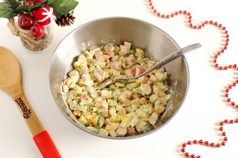 """Посолите салат по вкусу и хорошо перемешайте. Салат """"Снежный краб"""" готов. Можно сразу подавать его к столу."""