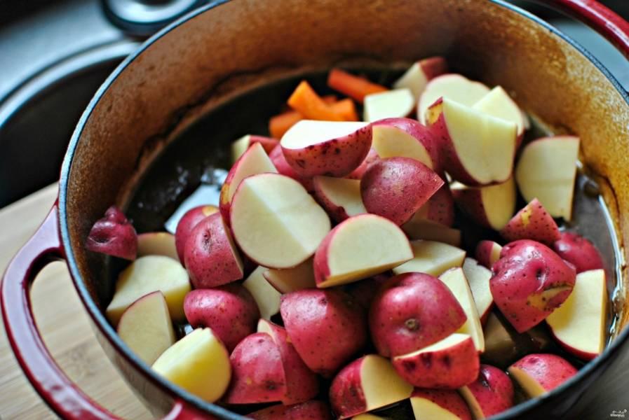 Добавьте овощи в казан и отправьте в духовку еще на 30 минут.