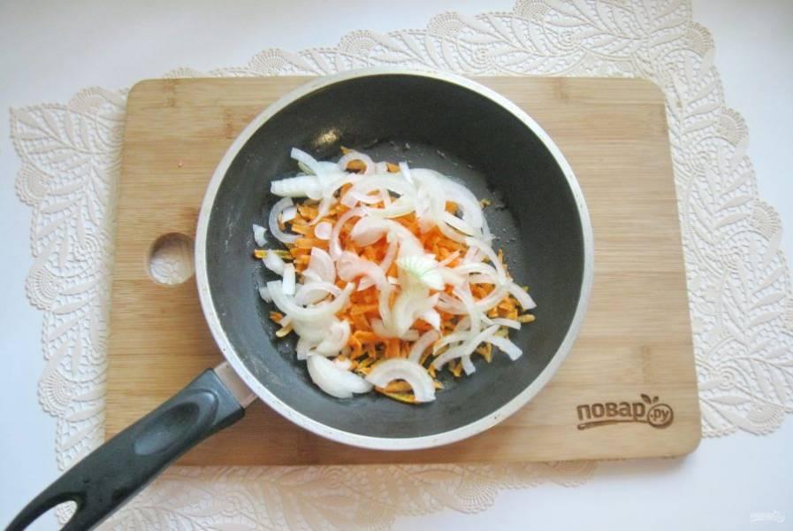 Репчатый лук очистите, помойте и нарежьте полукольцами. Добавьте к моркови.