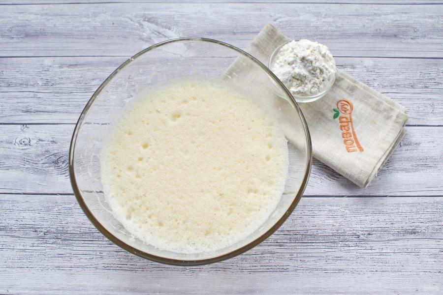 Яйца, сахар (3 ст. л.) и ванилин взбейте в пышную светлую пену. Аккуратно и быстро вмешайте муку.
