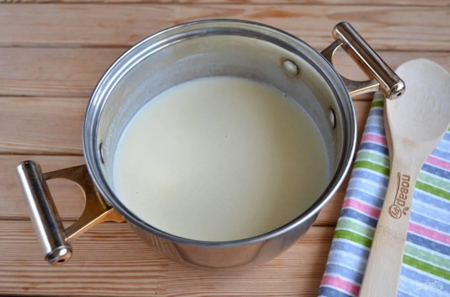 Готовый крем остудите, добавьте размягченное сливочное масло и миксером взбейте крем до пышной однородной массы.