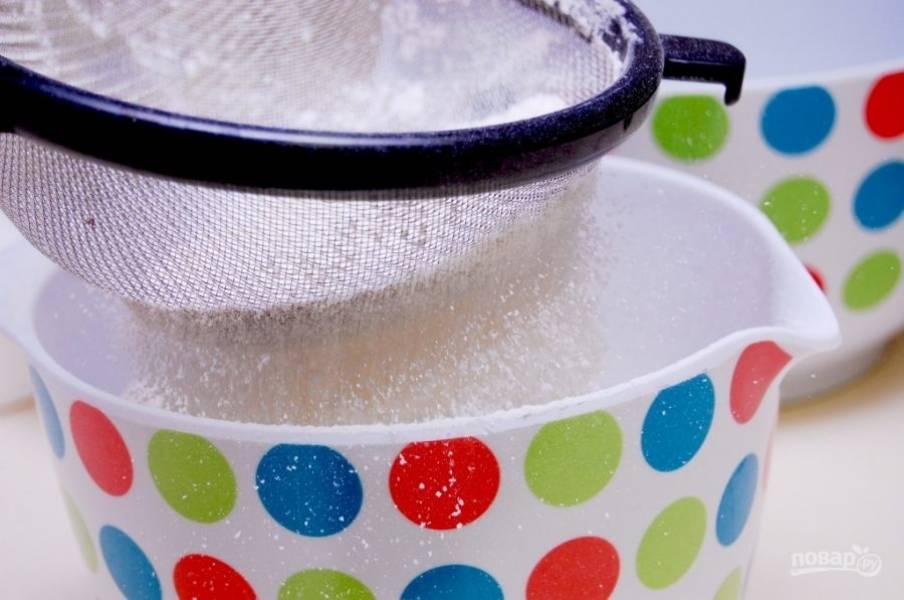 1. Просейте муку с содой и солью. Отдельно мягкое масло взбейте с сахаром.